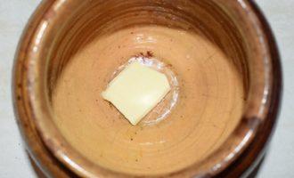 смазываем горшок маслом