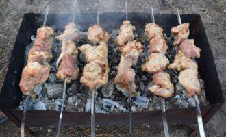 выкладываем мясо на мангал